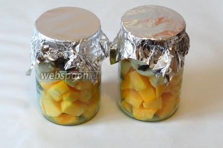 Закрываем банки кусочками фольги. Ставим банки в холодную духовку, затем включаем духовку на 160-180 °C и запекаем 30 минут.