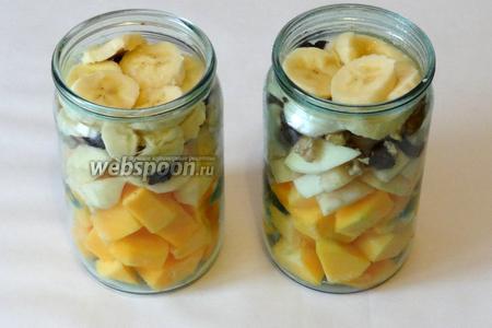 На яблоки укладываем орехи, чернослив и бананы.
