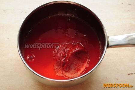 Томатную пасту и сок вылить в кастрюлю и поставьте на малый огонь. Если вы используете более концентрированную томатную пасту, увеличьте количество сока, чтобы вместе они составляли 500 мл.