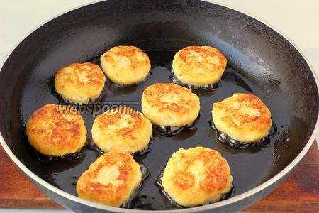 Обжарить лепёшки на сковороде на растительном масле до золотистой корочки.
