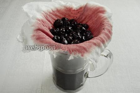 Снять перчатку, (почувствуете запах брожения), сквозь марлю процедить сок.