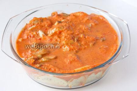 Заливаем получившимся соусом картофель с грибами, разравниваем его, поверх соуса равномерно выливаем воду.