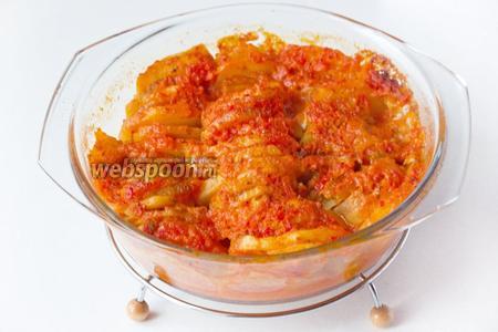Готовим картофель в микроволновой печи следующим образом: на мощности 800 Вт под крышкой 20 минут и без крышки ещё 20 минут. Такой картофель с грибами можно запекать и в духовке, тогда при 180 ºC запекайте примерно 20 минут под фольгой и 20 минут без фольги. Подавайте картофель с белыми грибами под овощным соусом в горячем виде на обед.