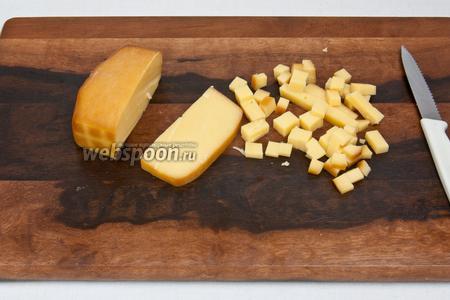 Копчёный сыр нарезать такими же кубиками. Желательно использовать твёрдый копчёный сыр высокого качества или копчёный адыгейский.