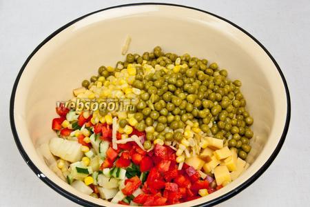 Все ингредиенты пересыпать в большую миску и перемешать.