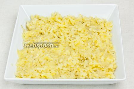 Затем приготовить блюдо и уложить всю картошку, придавливая ложкой для того, чтобы сформировать плотный слой.