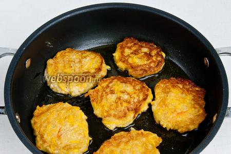 Затем смазать сковородку небольшим количеством масла. Выложить на неё столовой ложкой оладьи. И обжаривать с обеих сторон до золотистого цвета.