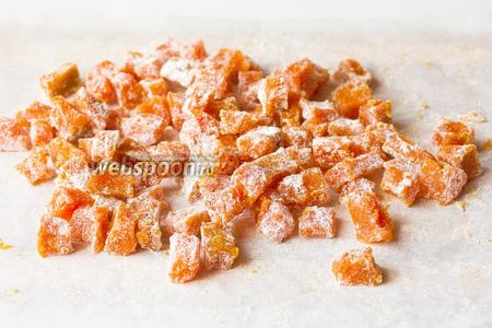 Обваливаем цукаты в сахарной пудре со всех сторон.