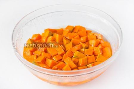 За ночь сахар полностью растворяется в соке, который выделяет тыква. Получается сахарный сироп, покрывающий кусочки тыквы.