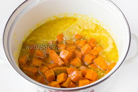 В кипящий апельсиновый сироп всыпаем кусочки тыквы. Аккуратно перемешиваем, варим на медленном огне после закипания 5 минут. Снимаем кастрюлю с огня, полностью остужаем тыкву в сиропе.