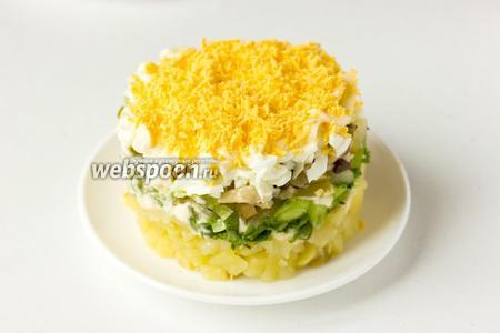 Снмиаем формовочное кольцо, украшаем салат листиком петрушки. Из данного количества ингредиентов получается три вот таких порции. Салат можно сразу подавать, а можно дать ему 1 час пропитаться, и только после подавать к столу.