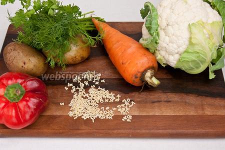 Для приготовления супа понадобится морковь, картофель, болгарский перец, цветная капуста, зелень, макароны буквы, вода, соль, масло, перец чёрный, лавровый лист.