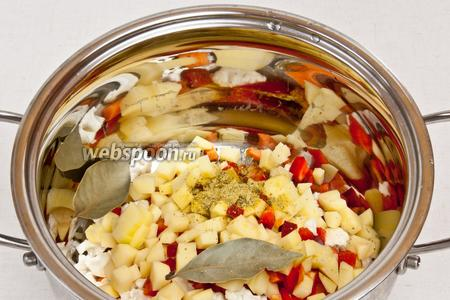 Овощи поместить в кастрюлю, добавить лавровый лист и при желании любимые специи, например, хмели-сунели. Залить холодной водой и поставить на 20 минут на медленный огонь.