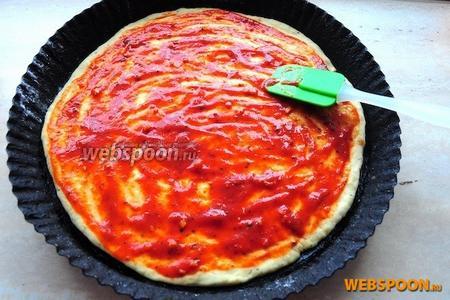 Положите её на смазанный растительным маслом противень и намажьте заранее приготовленным томатным соусом с итальянскими травами.