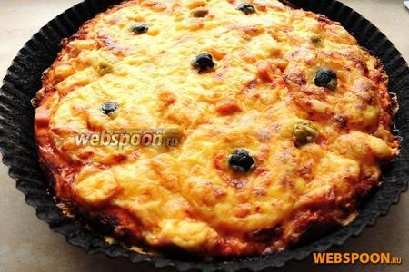 Через 20 минут достаньте пиццу и остудите не вынимая из формы. Спустя несколько минут переложите её на блюдо или деревянную доску.