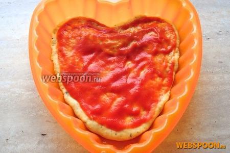 Намажьте его заранее приготовленным детским кетчупом или томатной пастой.