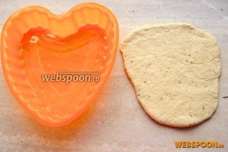 Из подошедшего теста раскатайте лепёшку, размером с форму «сердце» (должно получиться 3 небольших).