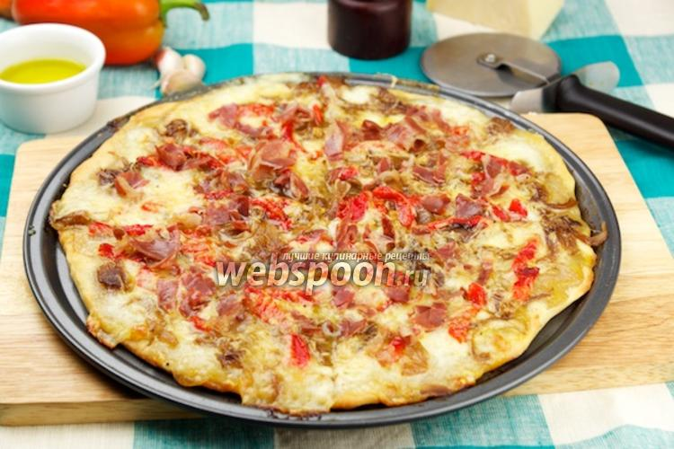 Фото Пицца с моцареллой, прошутто и луком