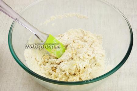 Лопаткой начинаем замешивать тесто, а затем месим руками 5-6 минут.