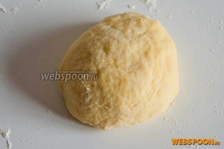Замесите мягкое тесто, скатайте шар. Если тесто получилось слишком крутым, добавьте ложку тёплой воды. Заверните пасту в плёнку и оставьте в холодильнике на час.