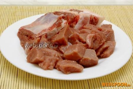 Вымытое и просушенное мясо отделить от косточки и нарезать небольшими кубиками.