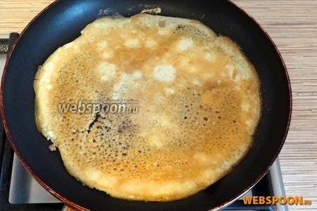 Обжаривать до золотистого цвета. Выложить на тарелку и накрыть полотенцем, чтобы был мягким и не заветрился, пока жарятся остальные блинчики. Шаги с 3 по 5 повторить для каждого яйца. В итоге получится 3 блинчика.