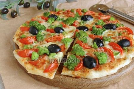 Пицца с брокколи, моцареллой и пармезаном