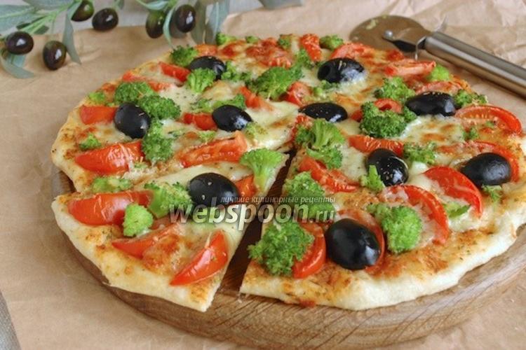Фото Пицца с брокколи, моцареллой и пармезаном