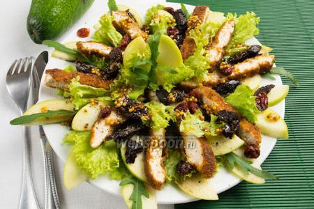 Салат с курицей и фруктами в горчичном соусе