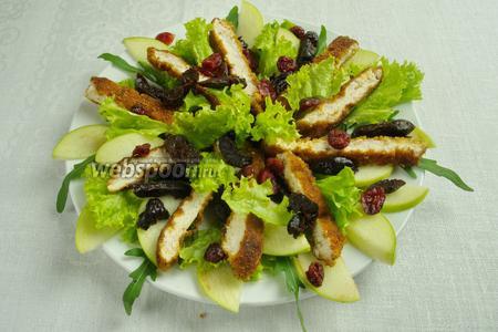 Добавить зелень и листья салата. Заправить соусом. Подать к столу.