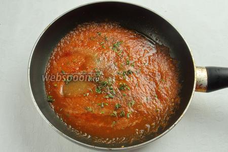 Помидоры в собственном соку пюрировать и уварить на сковороде минут 5-7, чтобы томатный соус стал гуще, а лишняя жидкость испарилась. Добавить соль, смесь перцев.