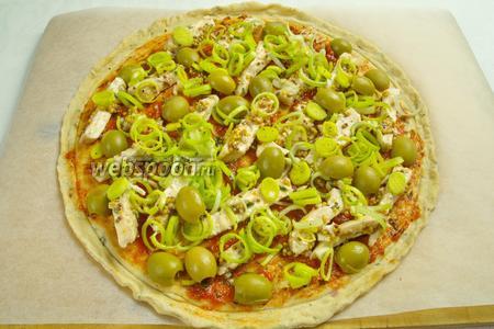 Добавить оливки, разрезанные вдоль на две части.