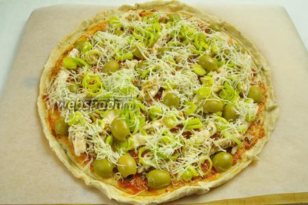 Посыпать пиццу половиной количества тёртого сыра.