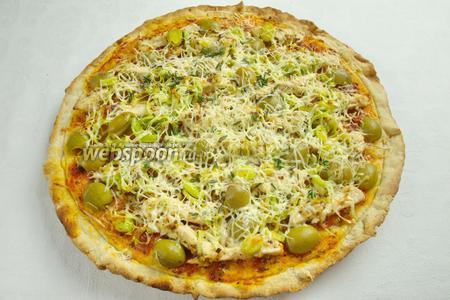 Духовку нагреть до 200 °С вместе с противнем. Поставить пиццу в раскаленную духовку. Выпекать 17-20 минут. За 5 минут до окончания выпечки, высыпать на пиццу оставшийся сыр Пармезан. Подавать пиццу в горячем виде.