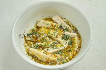 Куски куриного филе сложить в маринад. Мясо тщательно обвалять в маринаде. Добавить листья свежего тимьяна. Перемешать.