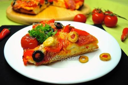 Пицца с салями, моцареллой и помидорами