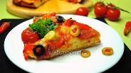 Фото рецепта Пицца с салями, моцареллой и помидорами