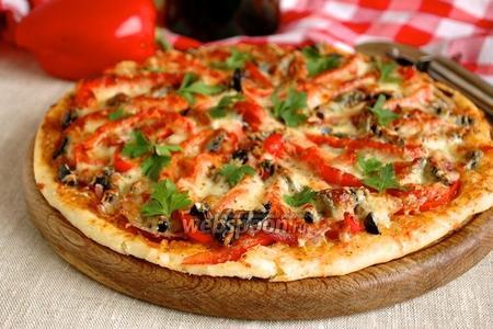 Пицца со сладким перцем и маринованным луком