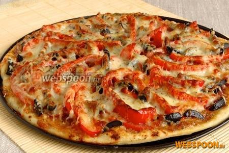 Поставить в горячую духовку. Запекать при 250 °C 15 минут. При подаче украсить пиццу свежей петрушкой. Подавать пиццу в горячем виде.