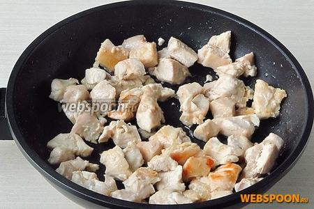 Мясо выложить на сковороду с разогретым растительным маслом и обжарить до лёгкого подрумянивания.