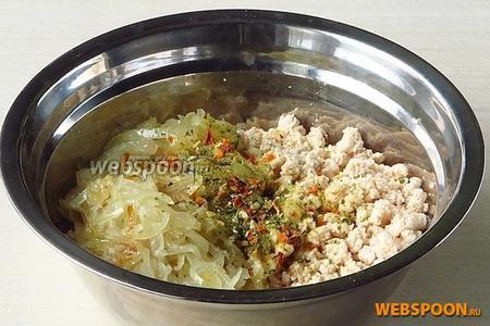 Соединить лук с измельчённым мясом и посыпать овощной приправой.