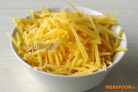 Твёрдый сыр натереть на тёрке для приготовления моркови по-корейски.