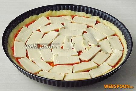 Поверх томатной смеси уложить ломтики плавленого сыра так, чтобы полностью покрыть дно лепёшки.