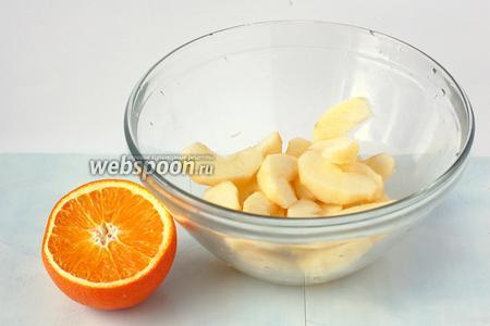 Половину яблок очистить и нарезать дольками, полить апельсиновым соком.