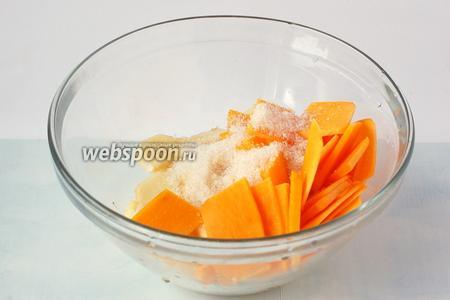 Соединить яблоки, тыкву и сахар. Перемешать и оставить на 1 час.