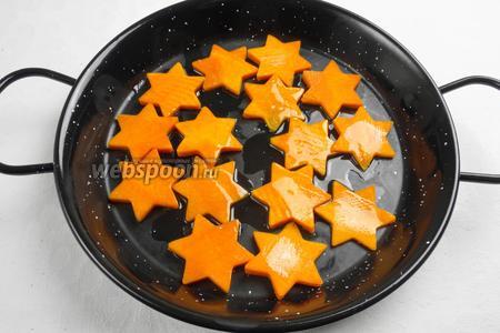 Тонко нарезать кольца тыквы. Вырезать звезды с помощью трафарета. Запечь тыкву с оливковым маслом до мягкости.