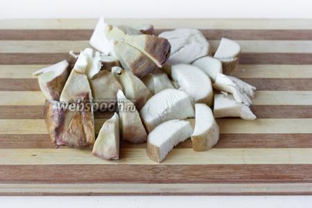 Белые грибы необходимо помыть, хорошенько почистить ножом от оставшейся земли, ещё раз промыть и нарезать крупными кусками.