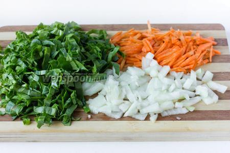 Пока картофель и грибы варятся, готовим обжарку. Шпинат моем, чистим морковь и лук. Нарезамем морковь полосками, лук и шпинат измельчаем.