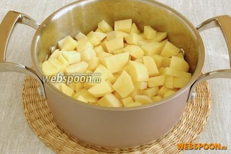 Добавить картофель, также нарезанный кубиками. Подержать на огне ещё 5 минут.