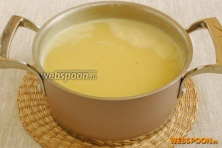 Измельчить в пюре при помощи блендере. Влить молоко, перемешать ещё раз довести до кипения. Суп-пюре подавать в горячем или тёплом виде с сухариками.